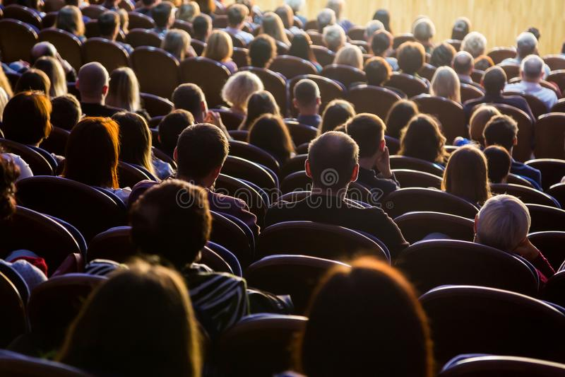Folk i salongen under kapaciteten En scenisk produktion arkivbilder