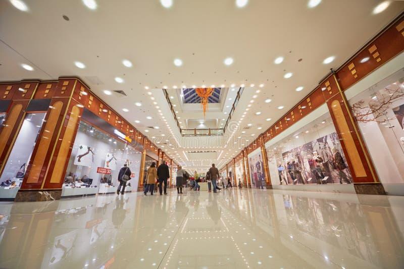 Folk i shoppinggalleri av köpcentret arkivbild