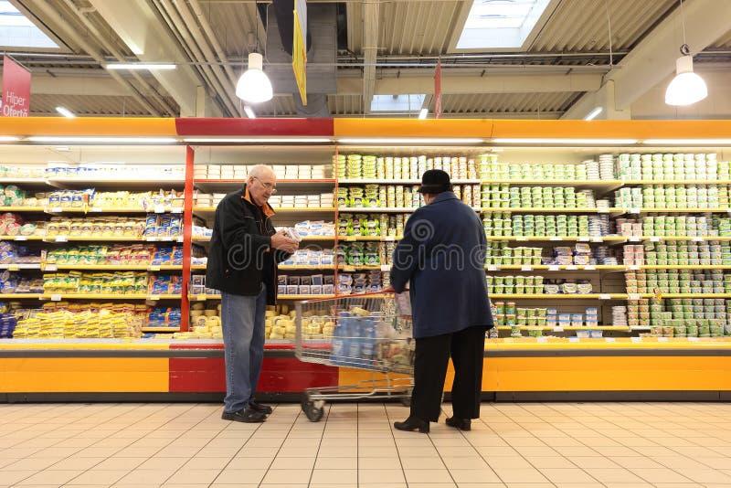 Folk i supermarket arkivfoton