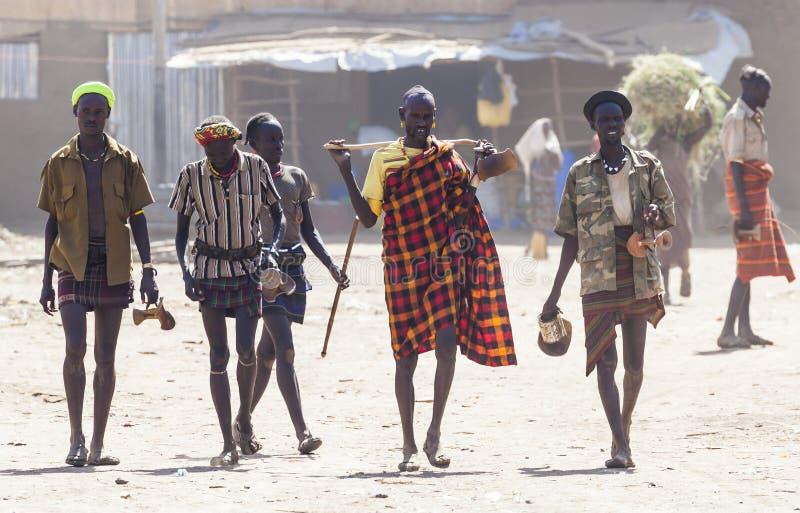 Folk i traditionell by av den Dassanech stammen Omorato Ethio royaltyfri bild