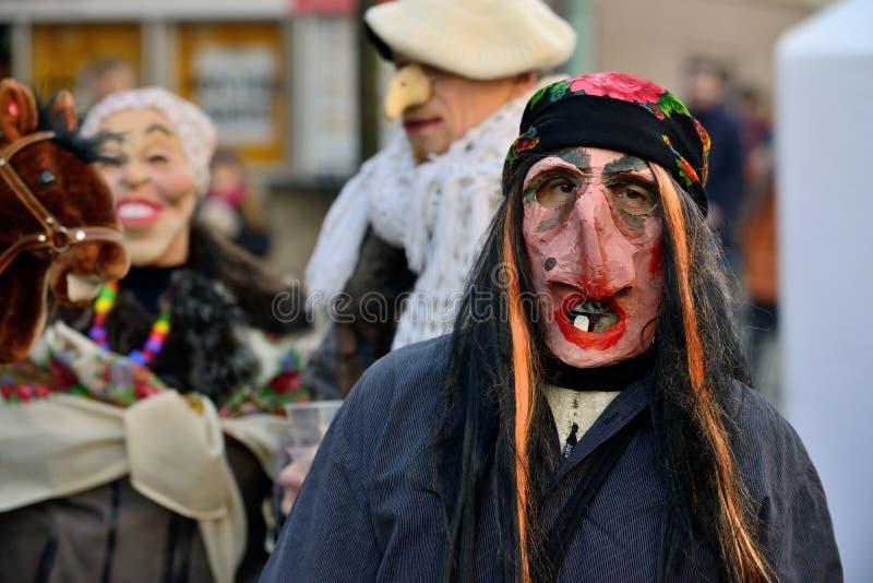 Folk i traditionella maskeringar royaltyfri bild