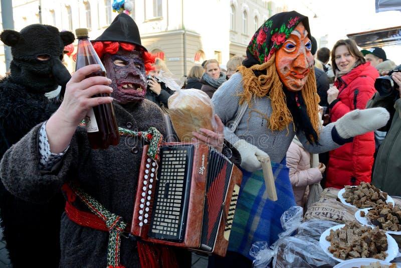 Folk i traditionella maskeringar arkivbilder