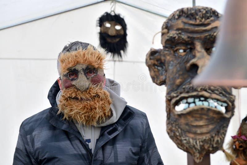 Folk i traditionella maskeringar royaltyfri fotografi