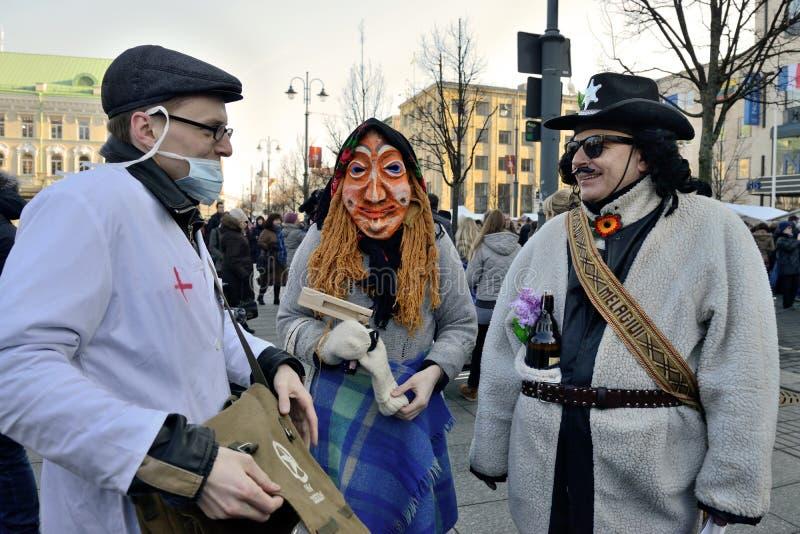 Folk i traditionella maskeringar arkivfoto