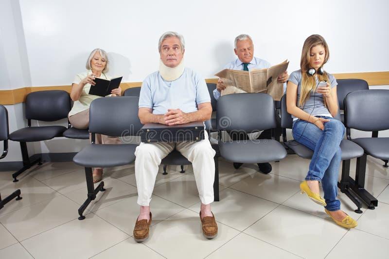 Folk i väntande rum av ett sjukhus royaltyfria bilder