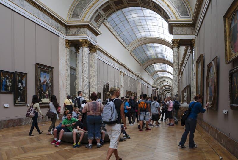 Folk inom Louvremuseet royaltyfri fotografi