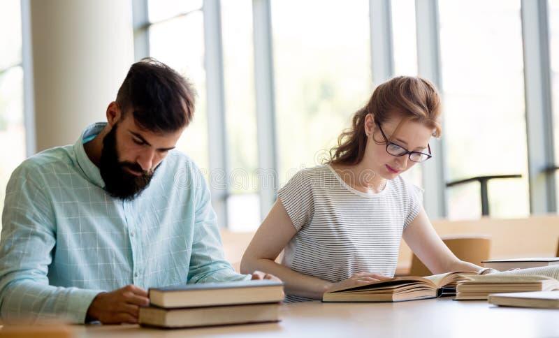 Folk, kunskap, utbildning och skolabegrepp arkivfoto