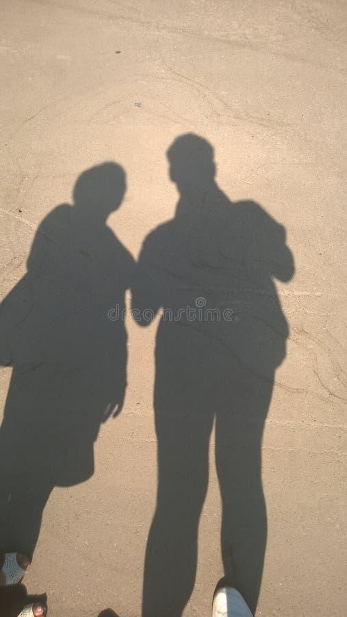 Folk man, kvinna, par, förälskelse, skugga, ljus, sol, unikhet, känslor, enhet, familj arkivfoto