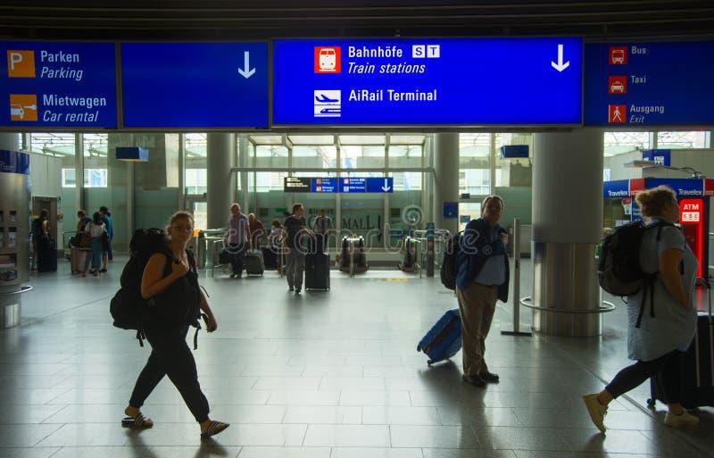 Folk med bagage, Frankfurt flygplats royaltyfria bilder