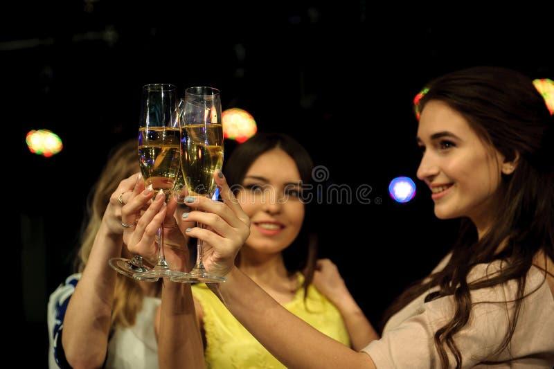 Folk med champagne i en stång eller en kasino som har massor av gyckel arkivfoto