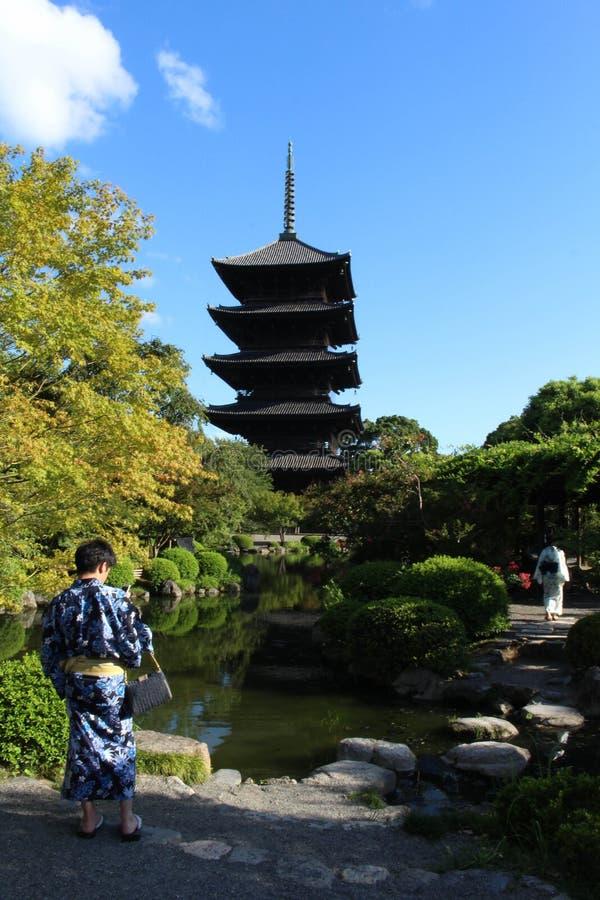 Folk med kimonot/Yukata på den Toji templet i Kyoto, Japan royaltyfri foto