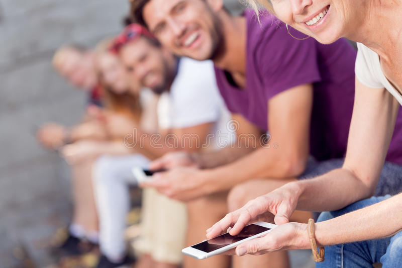 Folk med mobiltelefoner arkivbilder