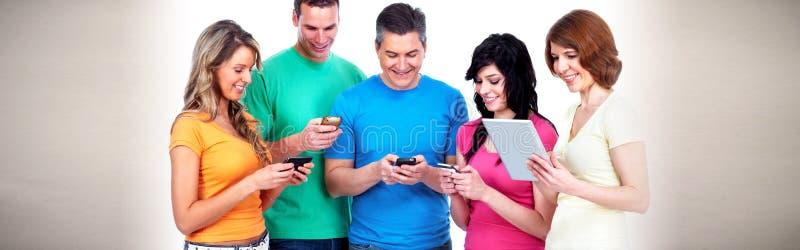 Folk med smartphones arkivfoto