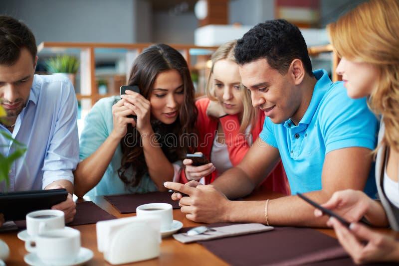 Folk med telefoner royaltyfri foto