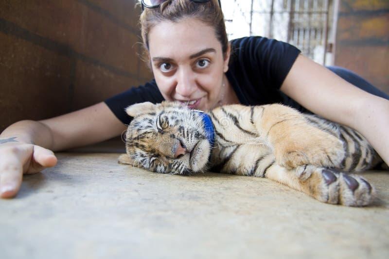 Folk med tigertemplet royaltyfria bilder
