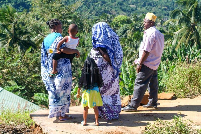 Folk med traditionell kläder som diskuterar på den Mayotte ön, Fr arkivfoto