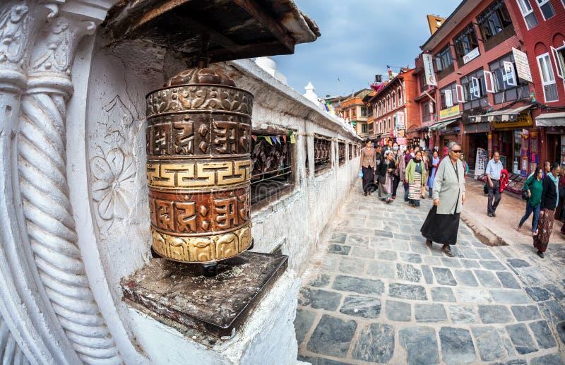 Folk nära den Bodnath stupaen arkivfoto