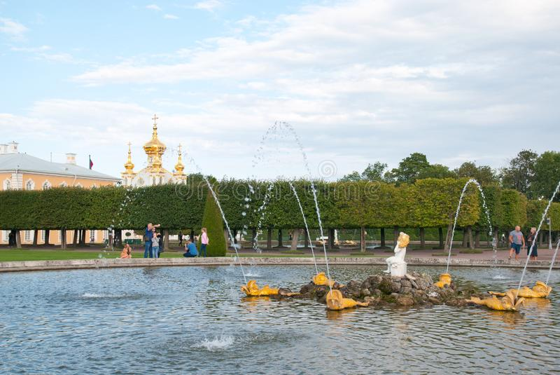 Folk nära ekspringbrunnen i tillståndsmuseumsylten Peterhof Ryssland arkivbild