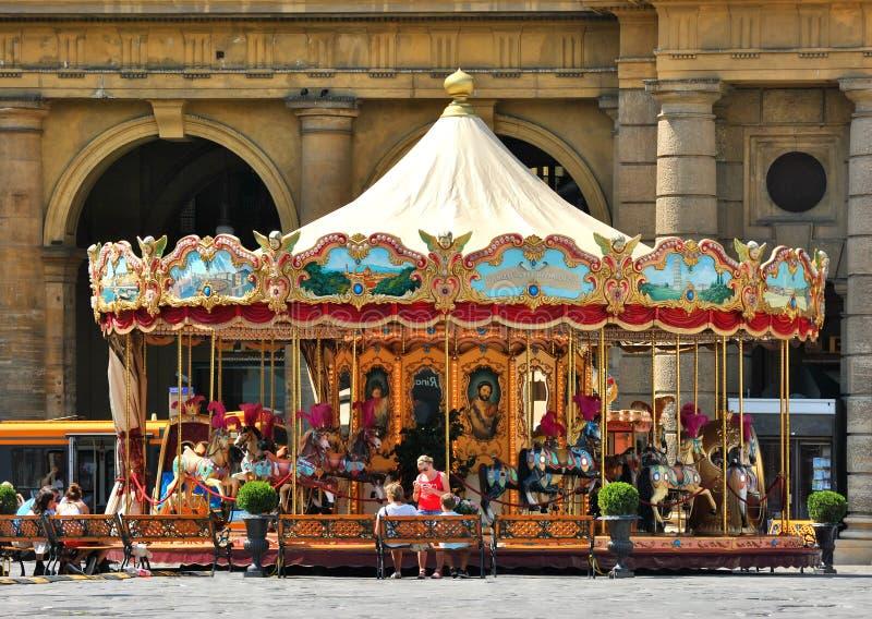 Folk nära karusellen på piazzadellaen Reppublica, Florence, Italien royaltyfria bilder