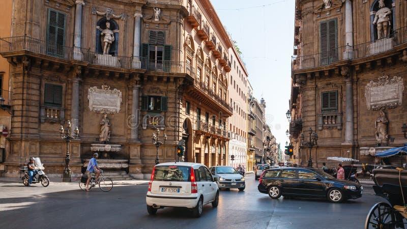 Folk och bilar på fyrkantiga Quattro Canti i Palermo royaltyfria foton