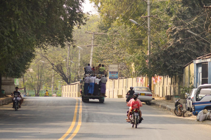 Folk och bilar på gatan i Bagan, Myanmar royaltyfri bild
