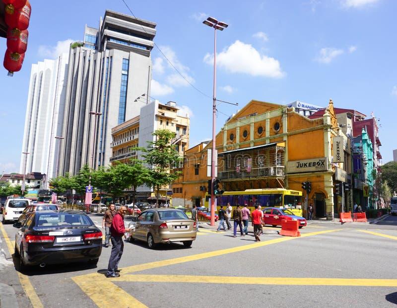 Folk och bilar på gatan i Kuala Lumpur, Malaysia royaltyfri fotografi