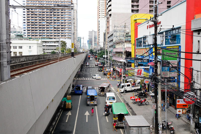 Folk och bilar på gatan på EDSA i Manila, Filippinerna royaltyfri bild