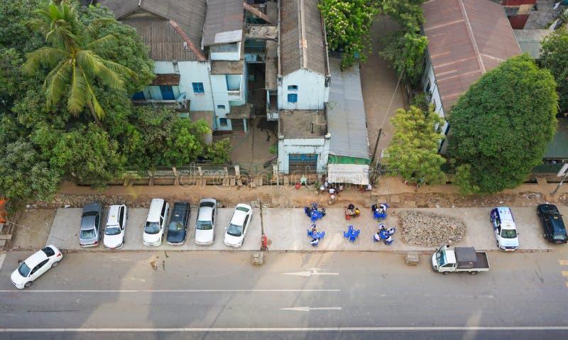 Folk och bilar på gatorna i Mandalay royaltyfri fotografi