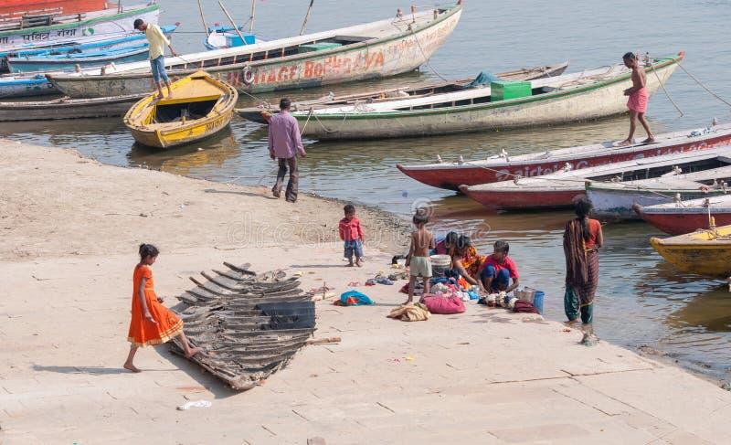 Folk och fartyg på Ganges River royaltyfria foton