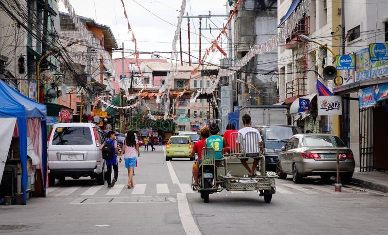 Folk och medel på gatan på Baclaran i Manila, Filippinerna arkivbild