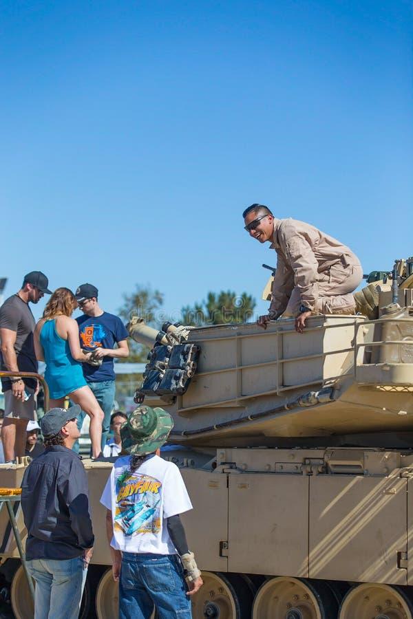 Folk och solider för USA Marine Corps med behållaren arkivbilder