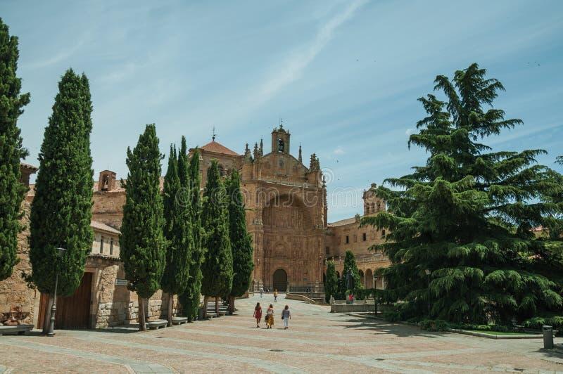 Folk och träd på en stor fyrkant på Salamanca royaltyfri fotografi