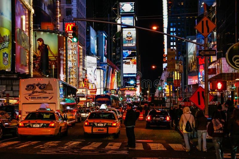 Folk och trafik i Times Square New York City arkivbilder