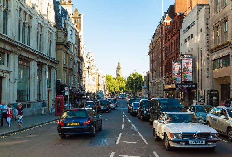 Folk och trafik på Whitehall i London arkivfoton