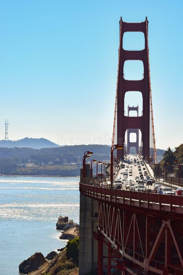 Folk och trafik som korsar den iconic Golden gate bridge i San Francisco California arkivfoton