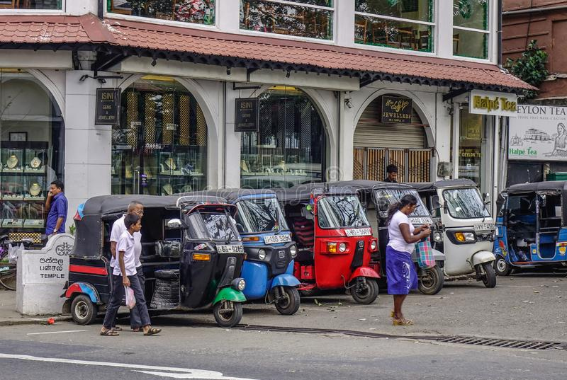 Folk och tuktuktaxi på gatan royaltyfria bilder