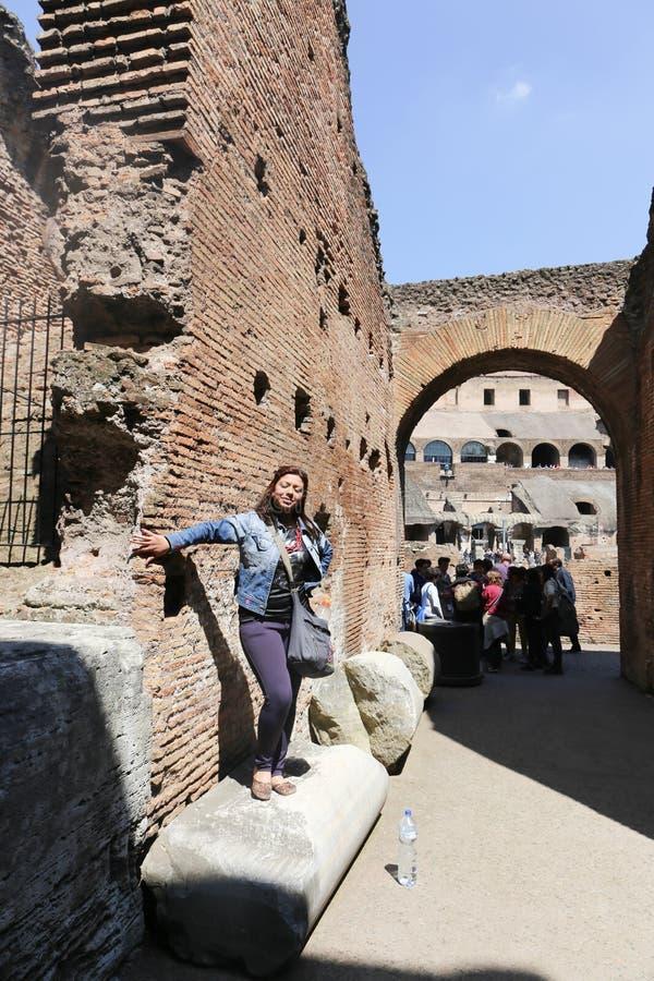 Folk- och turistpromenad på gamla Rome royaltyfria foton