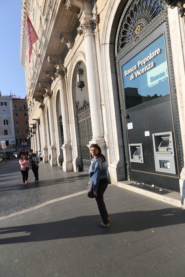 Folk- och turistpromenad på gamla Rome royaltyfri bild