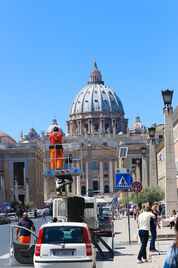 Folk- och turistpromenad på Vaticanen arkivbilder