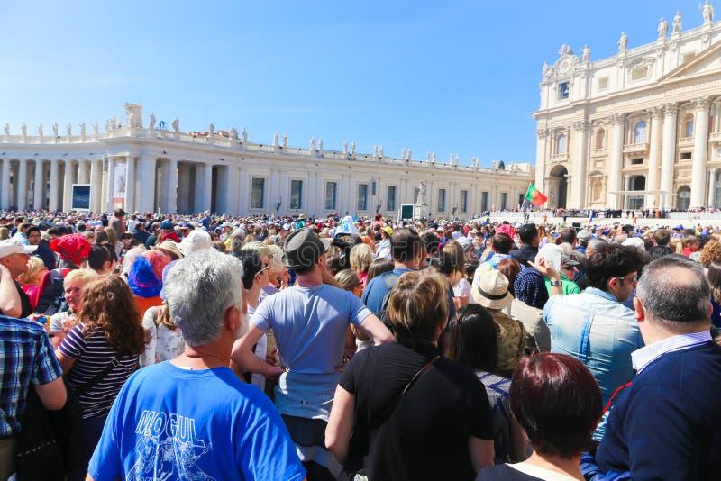 Folk- och turistpromenad på Vaticanen royaltyfri foto