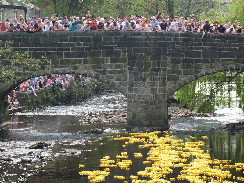 Folk och volontärer som in håller ögonen på det årliga loppet för easter måndag välgörenhetand att hebden bron royaltyfria bilder