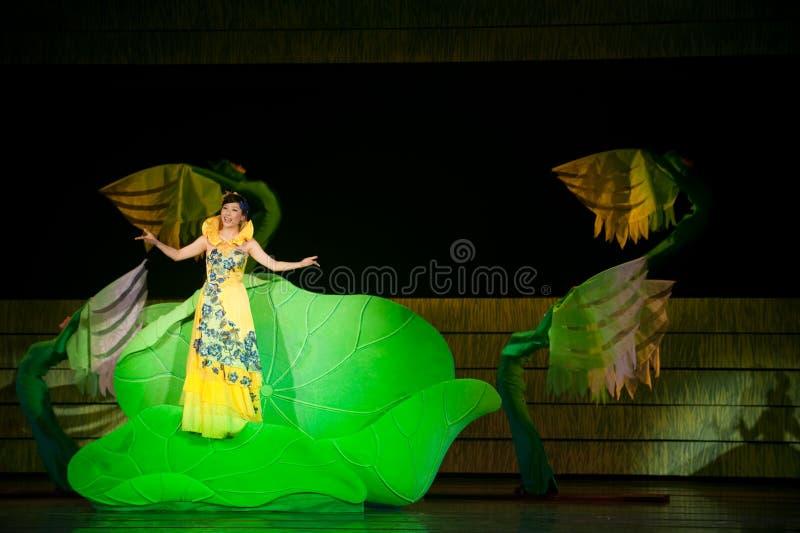 Folk opera: trumpetsnäckaflicka fotografering för bildbyråer
