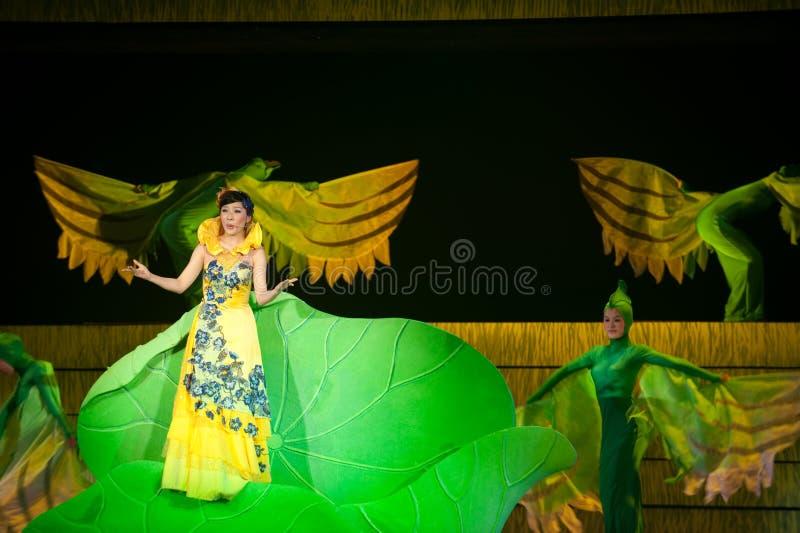 Folk opera: trumpetsnäckaflicka royaltyfria bilder