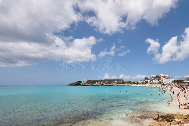 Folk på östranden för St Maarten royaltyfria bilder