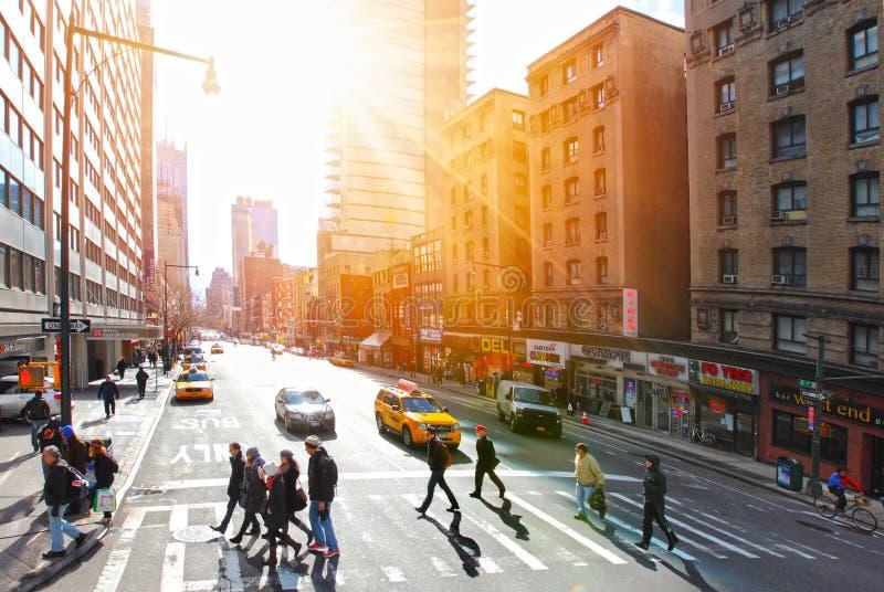 Folk på övergångsstället Manhattan arkivfoto