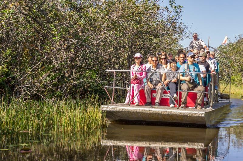 Folk på airboaten i evergladesna, Florida royaltyfria bilder