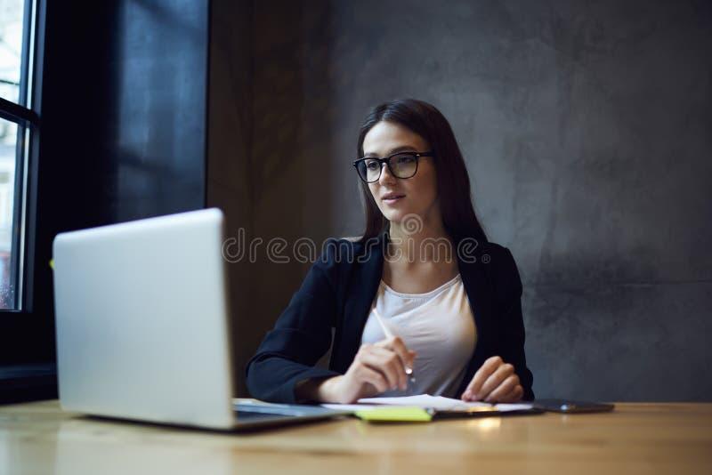 Folk på arbete ÑŒinternet och bärbar dator i nyhetsredaktion royaltyfria bilder