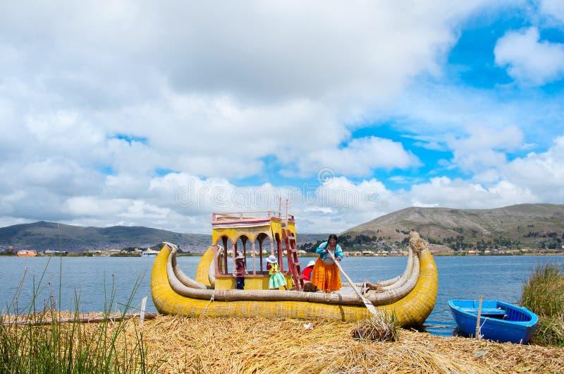 Folk på att sväva Uros öar på sjön Titicaca i Peru royaltyfri foto