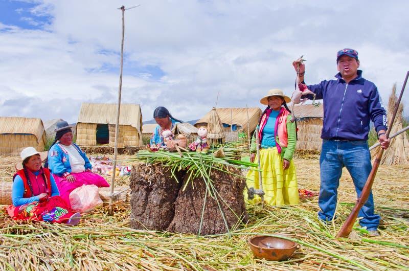 Folk på att sväva Uros öar på sjön Titicaca i Peru royaltyfri fotografi