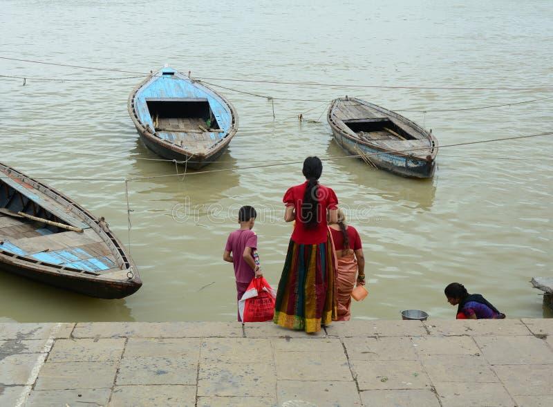 Folk på banken av Ganges River i Varanasi, Indien arkivbild